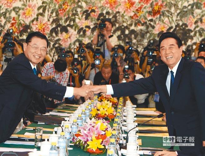 2008年6月,時任海基會董事長江丙坤(左)率代表團到北京,與時任海協會會長陳雲林(右)進行會談。(中新社)