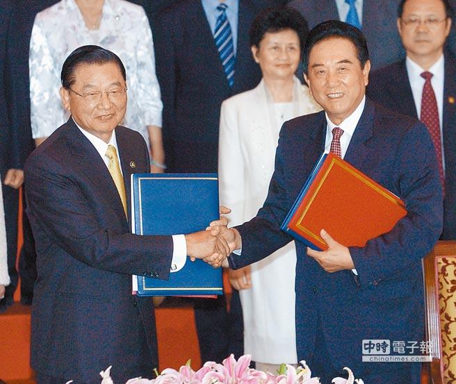 2008年6月13,時任海基會董事長江丙坤(左)與時任海協會會長陳雲林(右)簽署大陸人民遊台相關協定。(本報系資料照片)