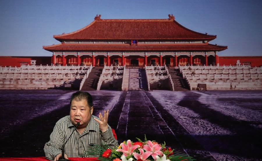 大陸知名作家二月河於15日凌晨在北京逝世,享壽73歲。圖為作家二月河2014年在瀋陽開講。(資料照片/新華社)