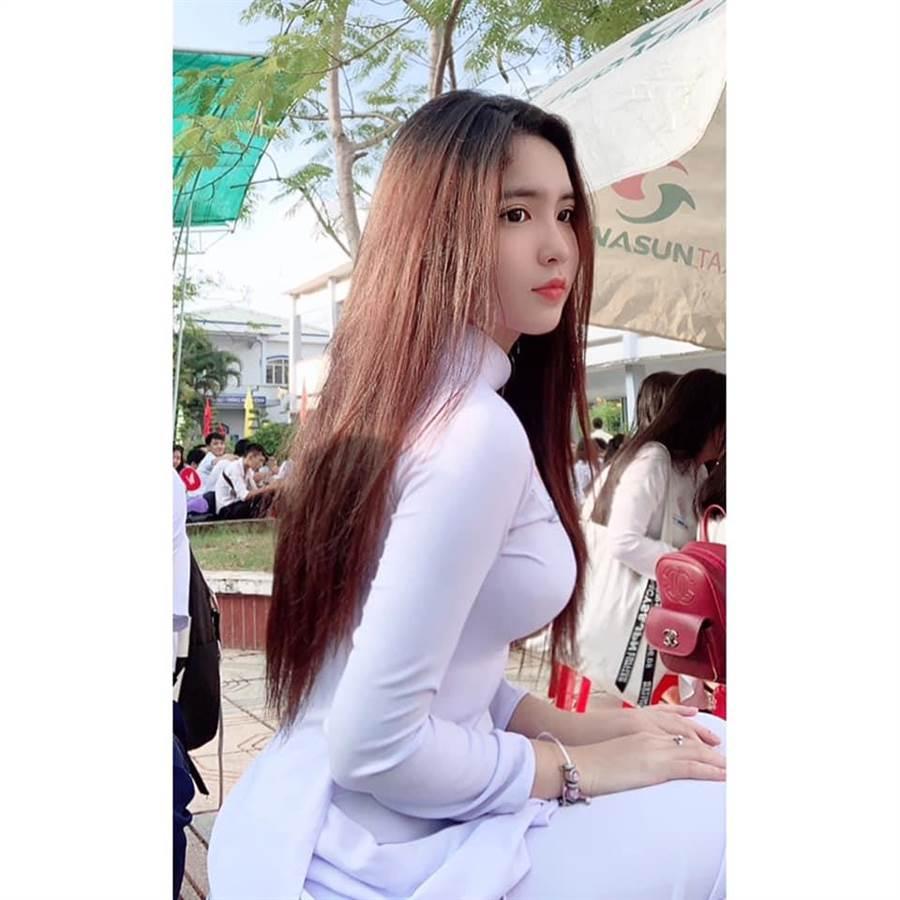 Đinh Triệu Đoan Nghi因穿制服而露出的豐滿曲線受到關注(圖/翻攝自FB/Đinh Triệu Đoan Nghi)