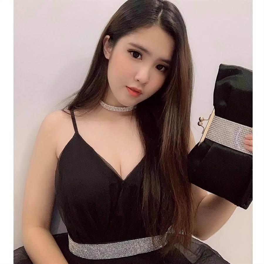 化上濃豔的妝容會給人成熟的感覺(圖/翻攝自FB/Đinh Triệu Đoan Nghi)
