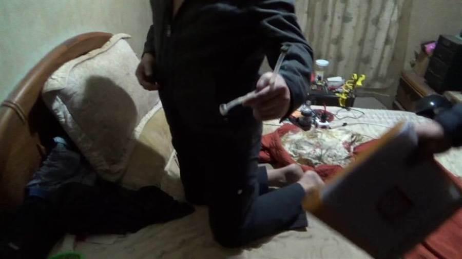 警方在廖男的鐵工廠找到毒品。(張穎齊翻攝)