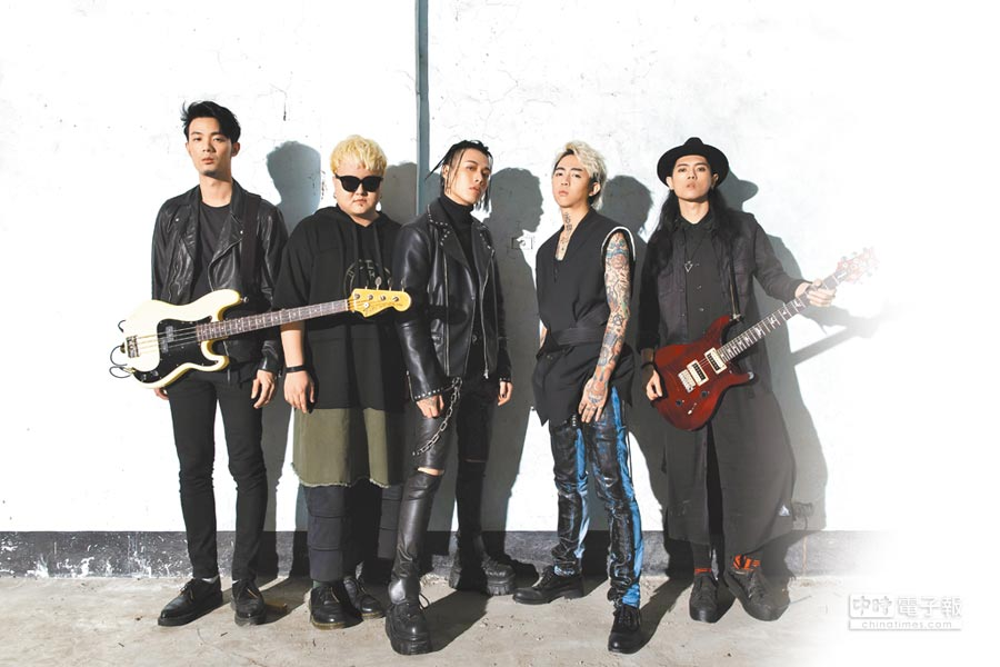 謝和弦(右二)新曲邀Trash樂團合作。