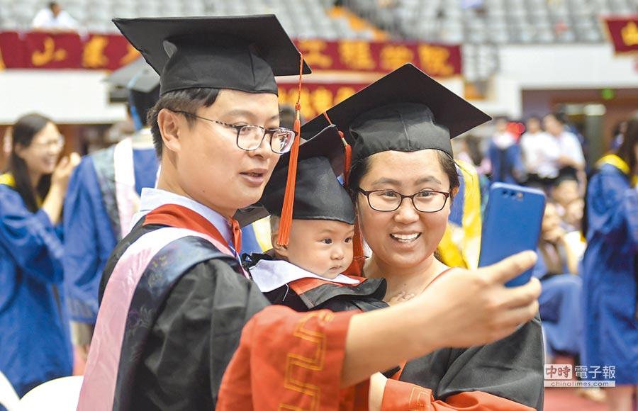 山東大學博士夫婦同時畢業,一家人合影紀念。(中新社資料照片)