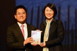 黃健庭發表新書《台東不一樣》 期勉饒慶鈴續寫故事