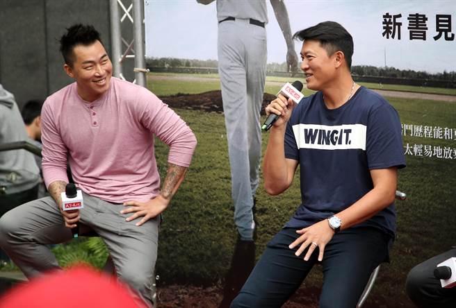 郭泓志(左)透露旅美趣事,表示吃飯就要找「金主」學長王建民(右),引起哄堂大笑。(李弘斌攝)