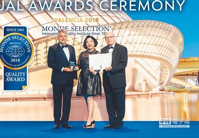 常景有機的「日本養生蔬菜湯」榮獲2018「世界品質品鑑大會(Monde Selection)」,是本屆品鑑報告中唯一的一家台灣品牌榮獲「營養膳食和健康類產品」,常景有機創辦人林心笛(中)出席領獎。