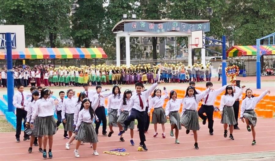 育英國中50週年校慶運動會,運動員進場展現學生的活力與創意!(陳世宗翻攝)