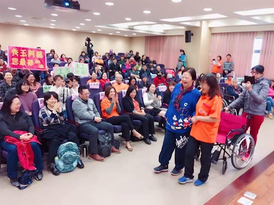 婦人劉秀玉(右三)在弘道居家復能計畫協助下,重新站起身走出家門,找回生命的尊嚴。(吳岳修攝)