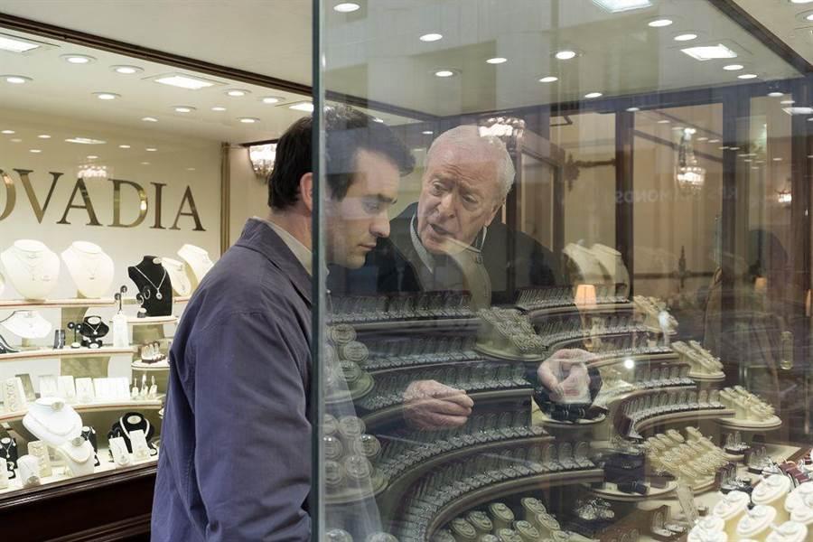 《盜王之王》改編真實故事,是英國最大的珠寶竊盜案。(圖/車庫娛樂提供)