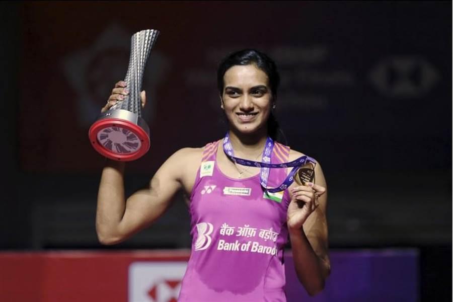 印度羽球女子單打好手辛度今年經過四次屈居亞軍之後,終於在年終賽高舉冠軍盃,她也是首位拿下年終賽女單冠軍的印度選手。(美聯社)