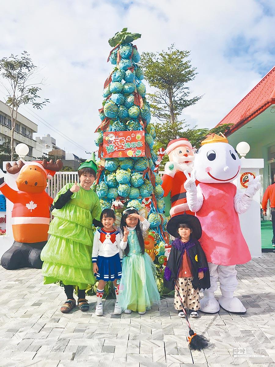 花蓮一間幼兒園用300顆高麗菜,搭建一棵1層樓高的「聖誕樹」,這棵聖誕樹不但可以吃,也做為校方聖誕節活動的「伴手禮」。(張祈攝)