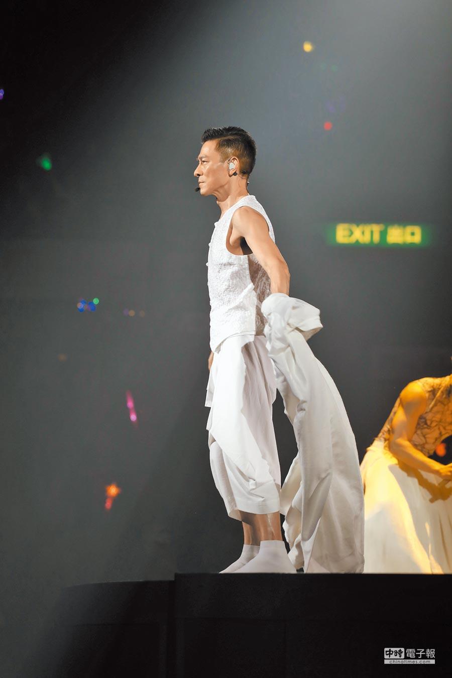 華仔昨脫去白色唐裝大袍,秀出精實手臂,帥氣逼人。