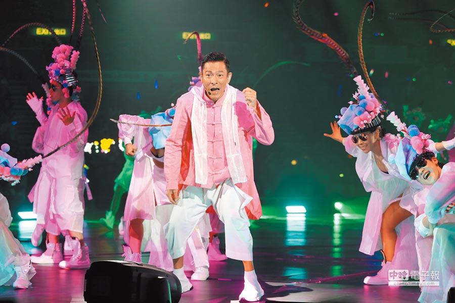 劉德華昨穿上粉色唐裝獻唱〈笨小孩〉。