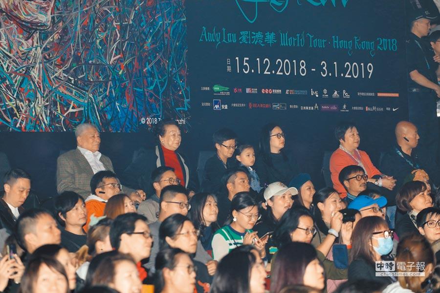 華仔老婆朱麗倩(右)昨帶著女兒劉向蕙(中)坐在台下欣賞演出。