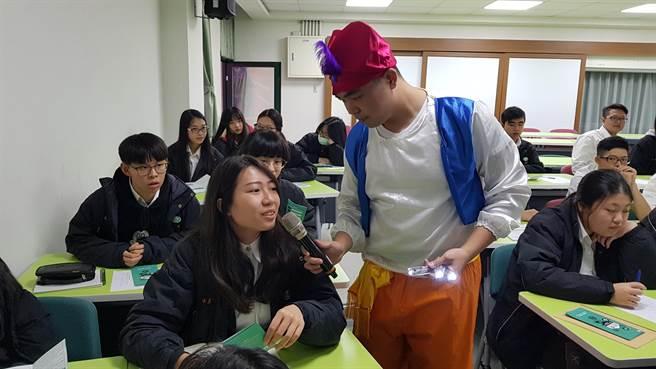 景文高中學生與卡米地喜劇俱樂部演員互動。(戴有良攝)