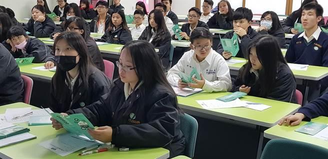 景文高中學生閱覽「瓩設計獎」簡章。(戴有良攝)