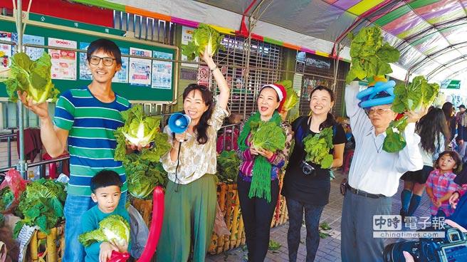 準高雄市長韓國瑜的妻子李佳芬(後左二)呼籲支持在地小農。(張朝欣攝)