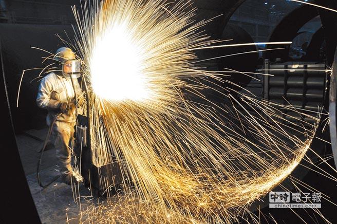 大陸第4季經濟增速明顯放緩,這個趨勢可能會延續到明年上半年。圖為中海油員工切割海上石油平台預製鋼結構工件。(新華社資料照片)