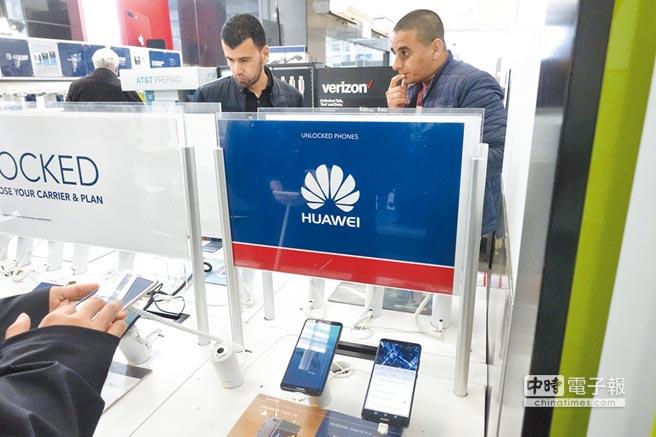 華為事件爆發後,讓人擔心90天協商期後變化。圖為美國紐約百思買電器商店中顧客試用華為手機。(中新社資料照片)