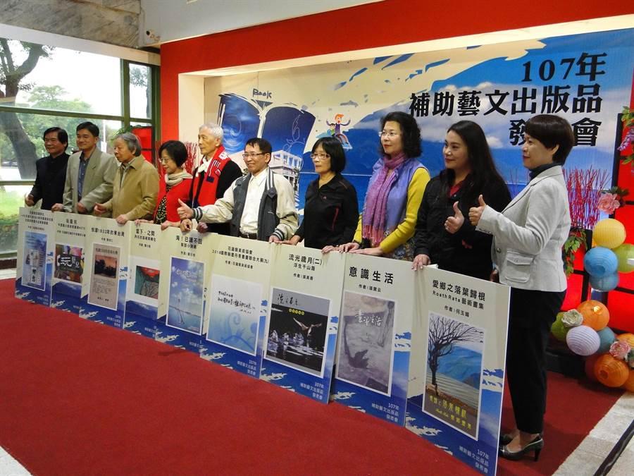 花蓮縣文化局祕書蔡樹芬(右一)與9件出版品新書作者合影。(范振和攝)