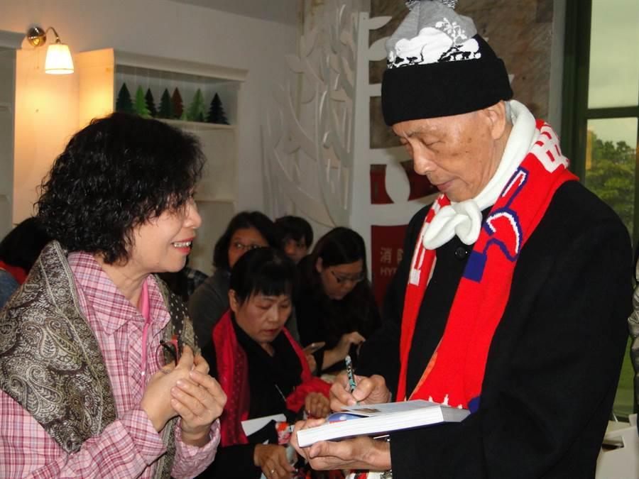 83歲客家文學家葉日松在發表會中最是吸睛,不少人索取新書簽名。(范振和攝)