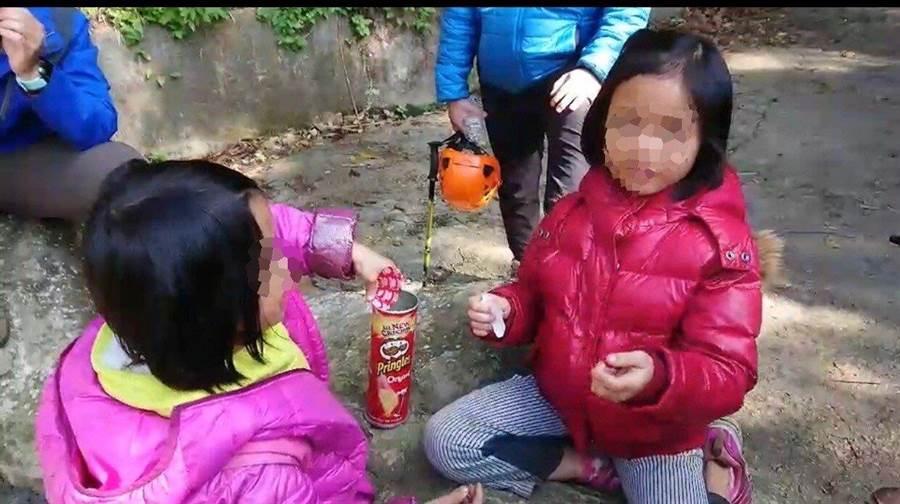 2幼童受困山區一夜,童言童語表示「害怕有恐怖的鬼」。(圖/消防局提供)