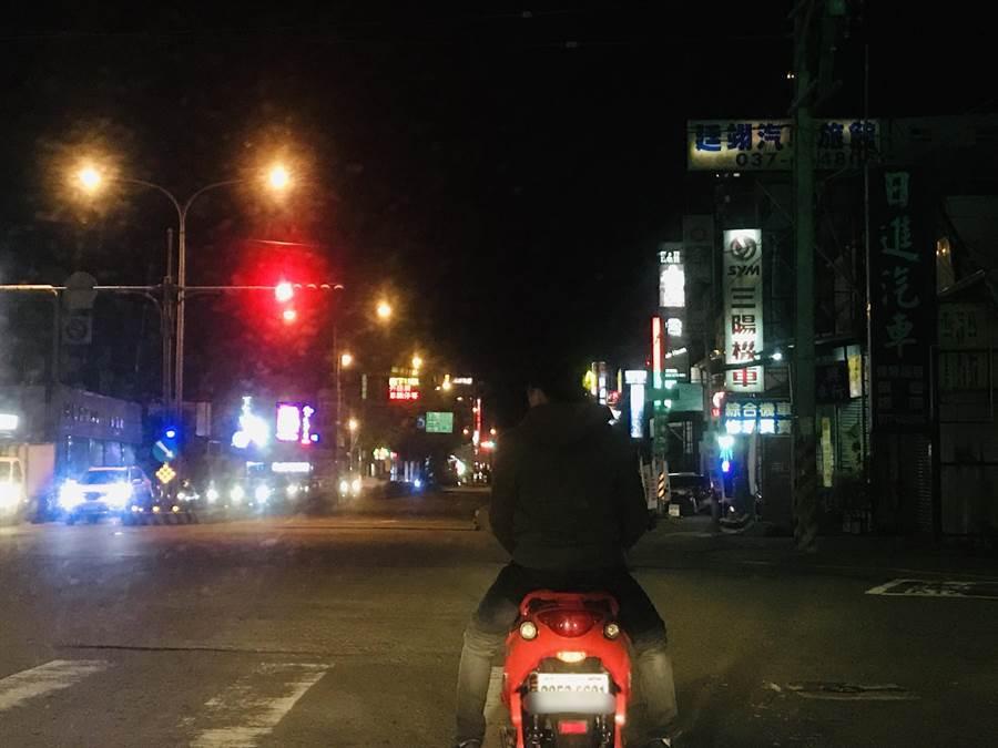 民眾14日晚間於頭份交流道附近赫見疑似機車懸掛8碼號牌上路,拍照po文直呼「真特別」。(巫靜婷翻攝)