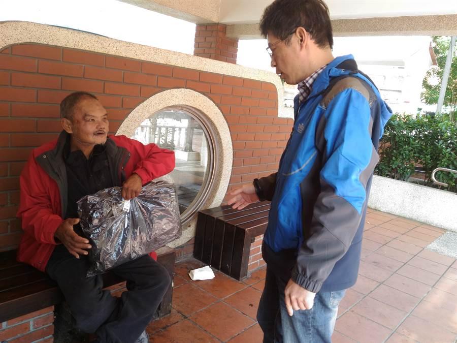 新北市社會局自17日起進行低溫弱勢關懷訪視,發放保暖外套、長褲、睡袋、暖暖包等禦寒物資給街友。(譚宇哲翻攝)