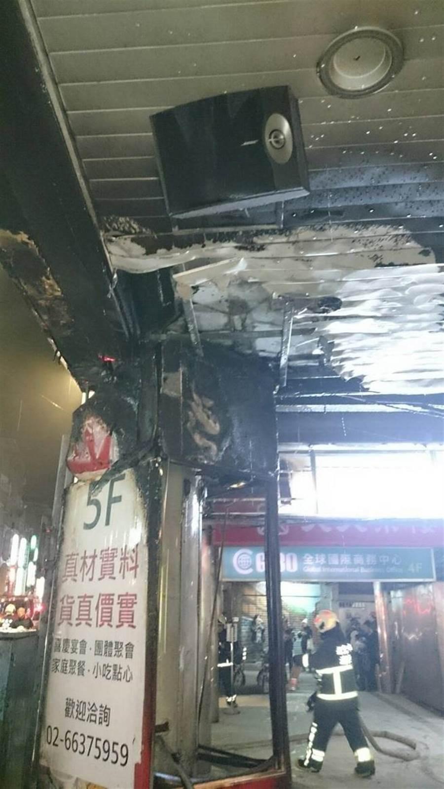 文具店門口的招牌因不明原因起火。(消防局提供)