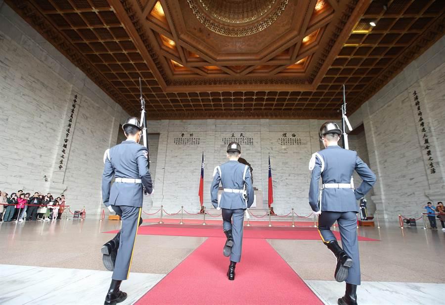 促轉會希望中正紀念堂的三軍儀隊裁撤,即使不談歷史,這也會造成大量觀光客的流失,對台灣有何好處?(陳怡誠攝)