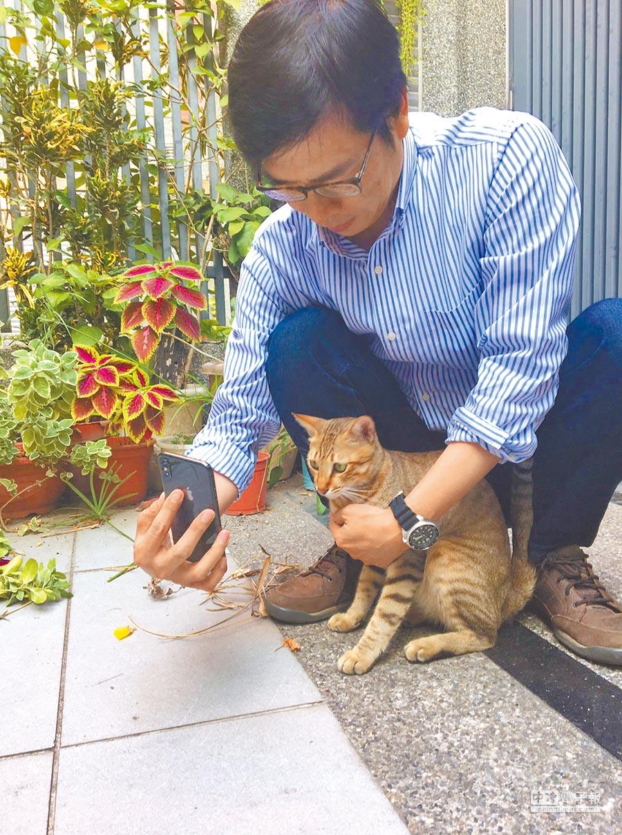 陳其邁16日在IG與臉書貼出與愛貓合照。(翻攝自陳其邁臉書)