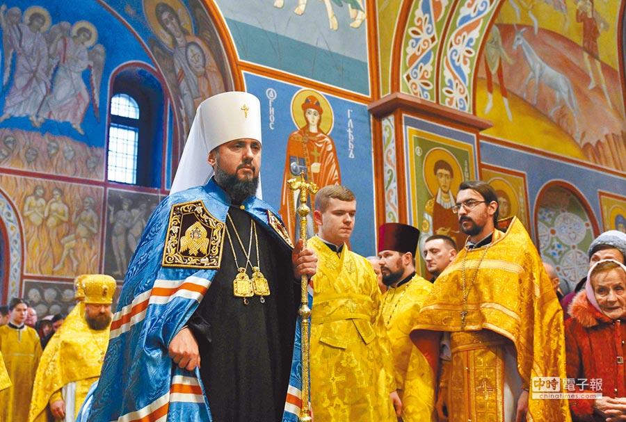 新當選基輔都主教和烏克蘭東正教會新領袖的伊皮法紐斯(左),16日在基輔聖米迦勒大教堂主持脫離俄羅斯東正教會獨立後的第一場禮拜儀式。(法新社)