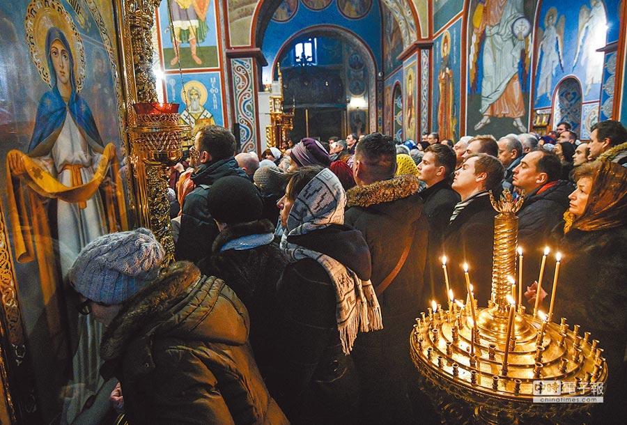 大批烏克蘭民眾16日聚集在基輔聖米迦勒大教堂,參加烏克蘭東正教會脫離俄羅斯東正教會後的第一場禮拜。(法新社)