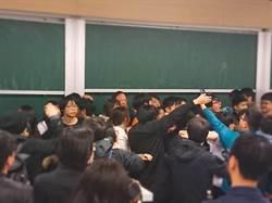 江宜樺赴台大演講 突遭學生抗議被迫中斷