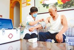 陸在線就醫成常態 老人占比近半