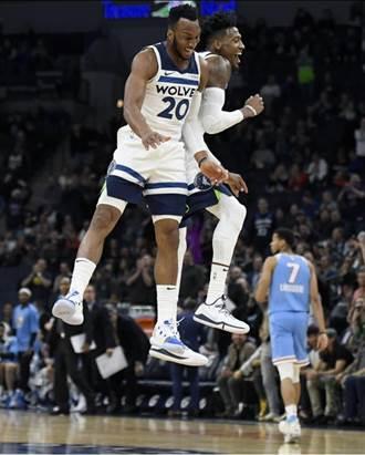 NBA》拿著鞋子防守 泰吉布生太搞笑了