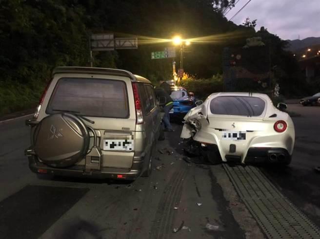 20歲林姓男子16日清晨駕駛廂型車,一時恍神追撞停靠路邊的4輛法拉利,造成3輛受損、1輛僅碰撞到車牌。(葉書宏翻攝)