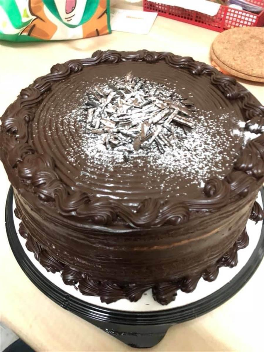 最近網友紛紛推薦好市多的「巧克力甘納許蛋糕」。翻攝《Costco好市多 商品經驗老實說》