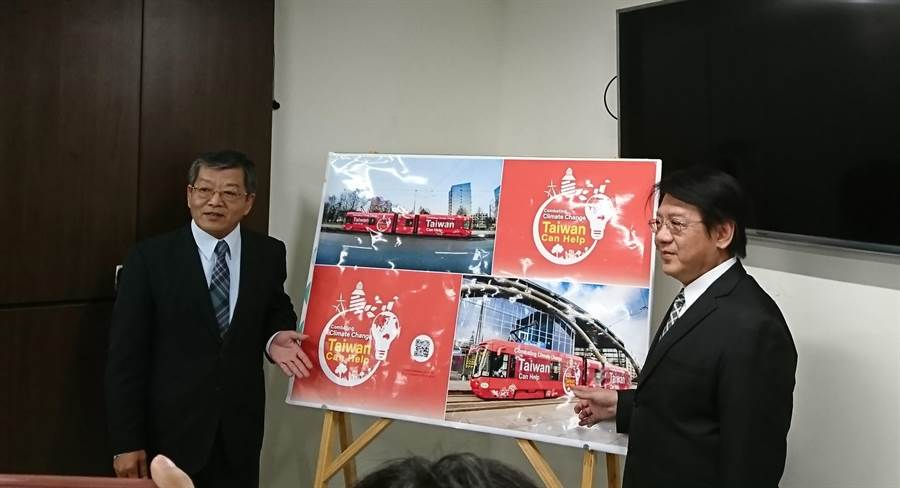 環保署代理署長蔡鴻德(右)與外交部政務次長謝武樵(左),說明這次實質參與聯合國氣候變遷會議的成果。(廖德修攝)