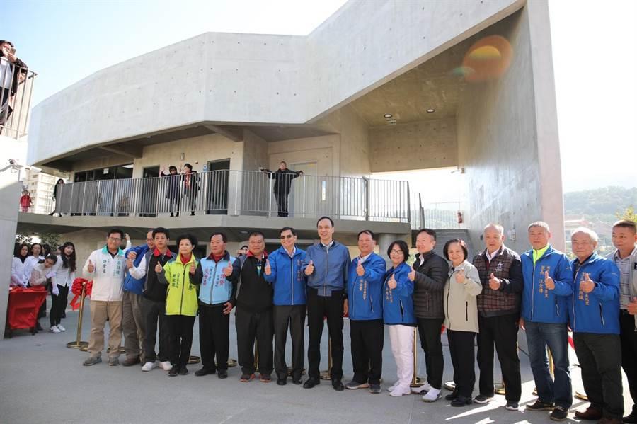 今(18)日上午舉辦八里區頂罟市民活動中心啟用典禮,採用清水模工法讓建築與環境融合,襯托出樸實自然美學意象,並融入十三行博物館文化考古地景。(高彥哲攝)