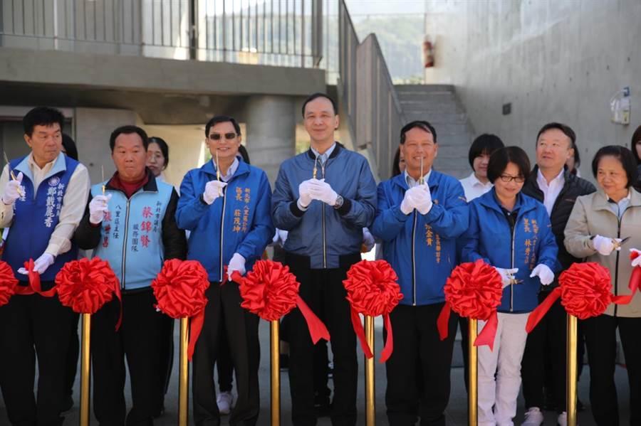 八里區頂罟市民活動中心啟用典禮,由市長朱立倫與地方代表共同剪綵啟用。(高彥哲攝)