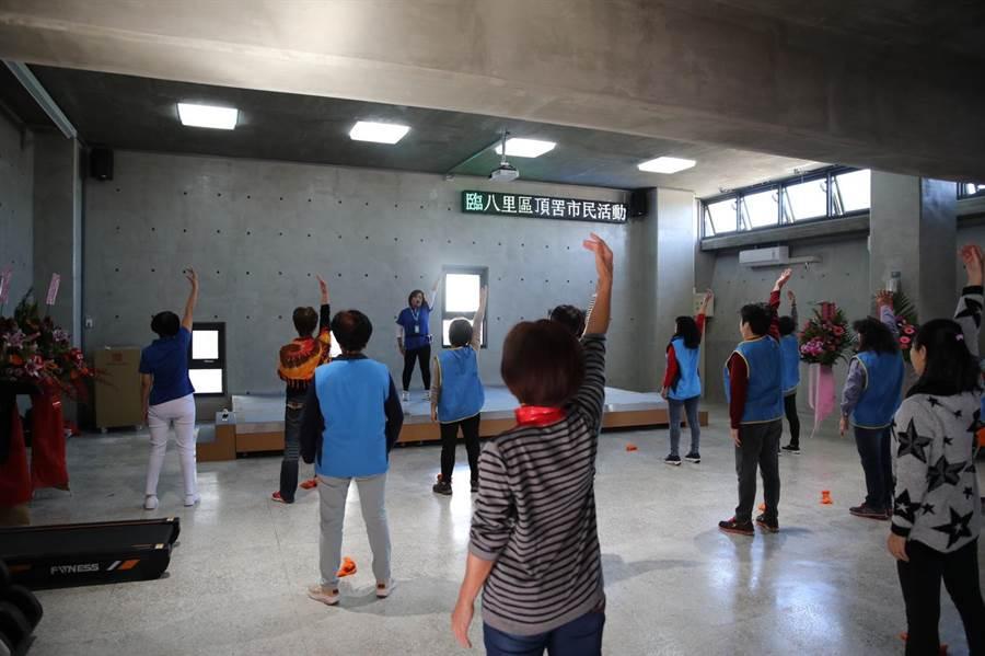 頂罟市民活動中心左棟1樓內部採挑高設計,並有大舞台可舉辦大型活動。(高彥哲攝)