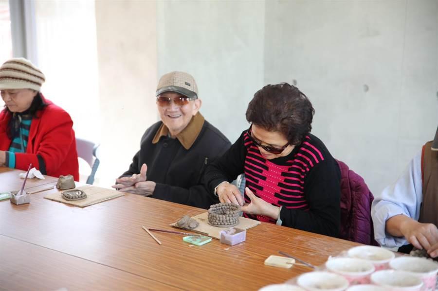 頂罟市民活動中心右棟建物,更提供銀髮俱樂部及社區照顧關懷據點。(高彥哲攝)