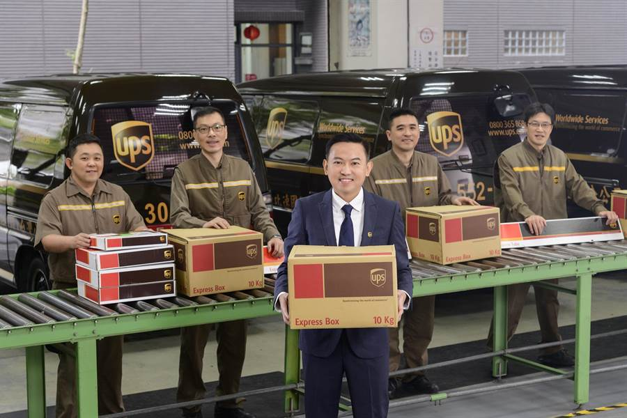 洪毅(圖中)善於啟發、激勵人心的領導特質,讓他能成功領導團隊解決問題並優化客戶服務。圖:UPS提供