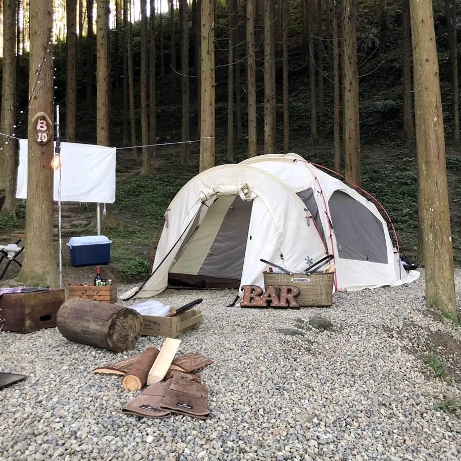 她們特地不選時下流行的露營車,選擇帳篷體驗正統露營趣。(圖/周子娛樂提供)