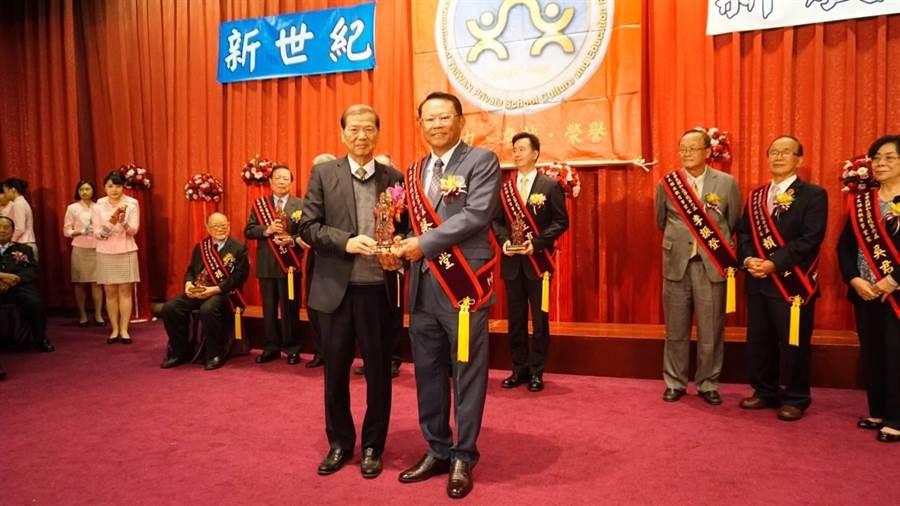 僑泰高中董事長蔡玉堂(右)獲頒「私校十大傑出教育事業家獎」,肯定他對教育的貢獻。(林欣儀翻攝)