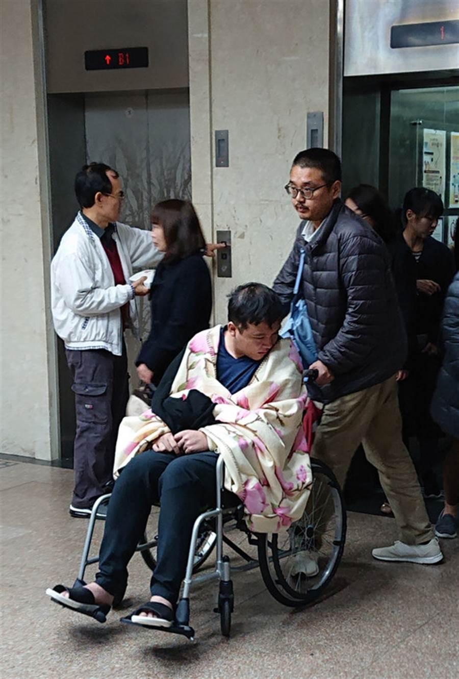 黃琪去年12月18日台北地方法院開庭審理時,坐著輪椅出庭疑似出現障礙。(中央社)日