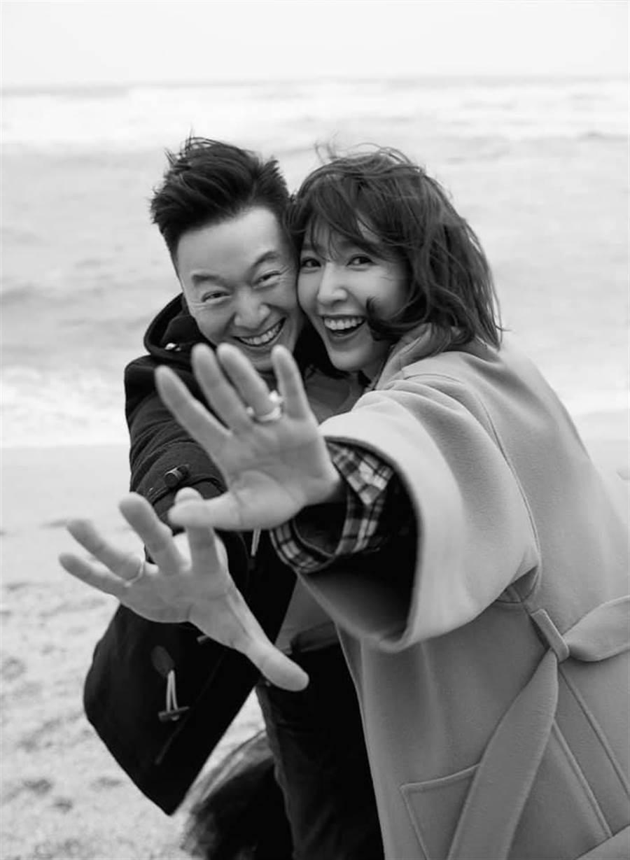 楊謹華結婚了,小倆口在臉書大方秀寶格麗婚戒,據悉求婚戒是寶格麗1.5克拉鑽戒,要價約200萬元。(擷自臉書)