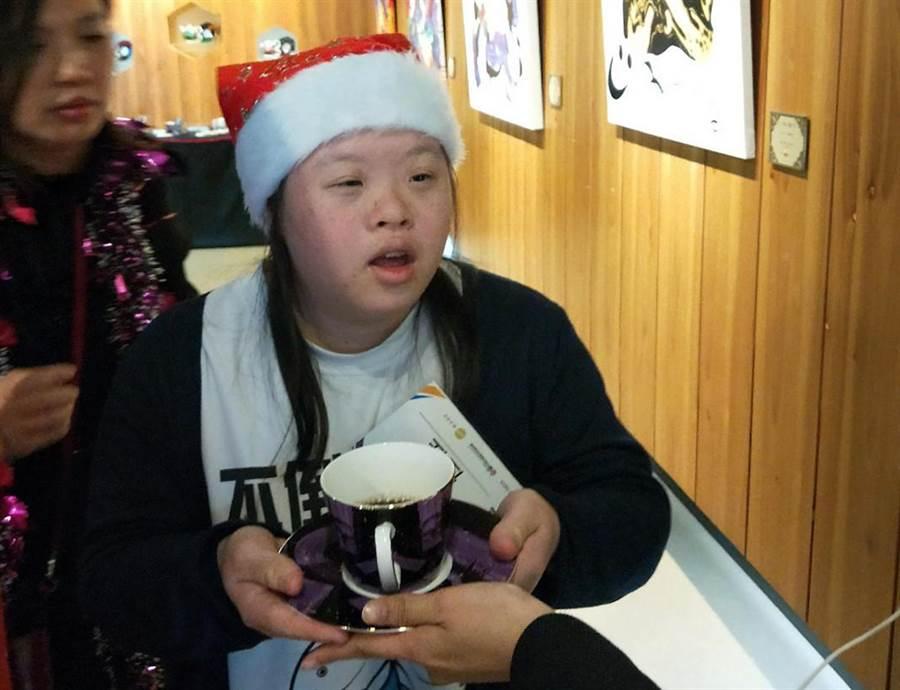 2018歡樂下午茶唐寶寶最佳店長票選活動中,唐寶寶努力扮演一日店長,殷勤接待來賓。(黃國峰翻攝)